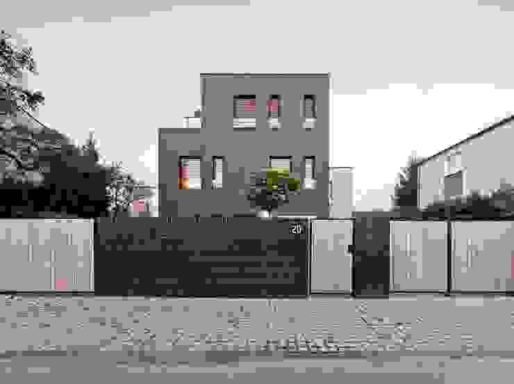 Dom jednorodzinny / elewacja frontowa: styl , w kategorii Domy zaprojektowany przez Easst.com,Minimalistyczny