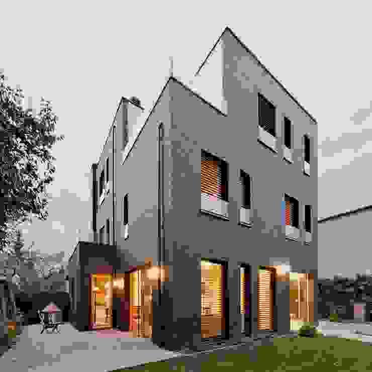 Dom jednorodzinny / perspektywa 2: styl , w kategorii Domy zaprojektowany przez Easst.com,Minimalistyczny