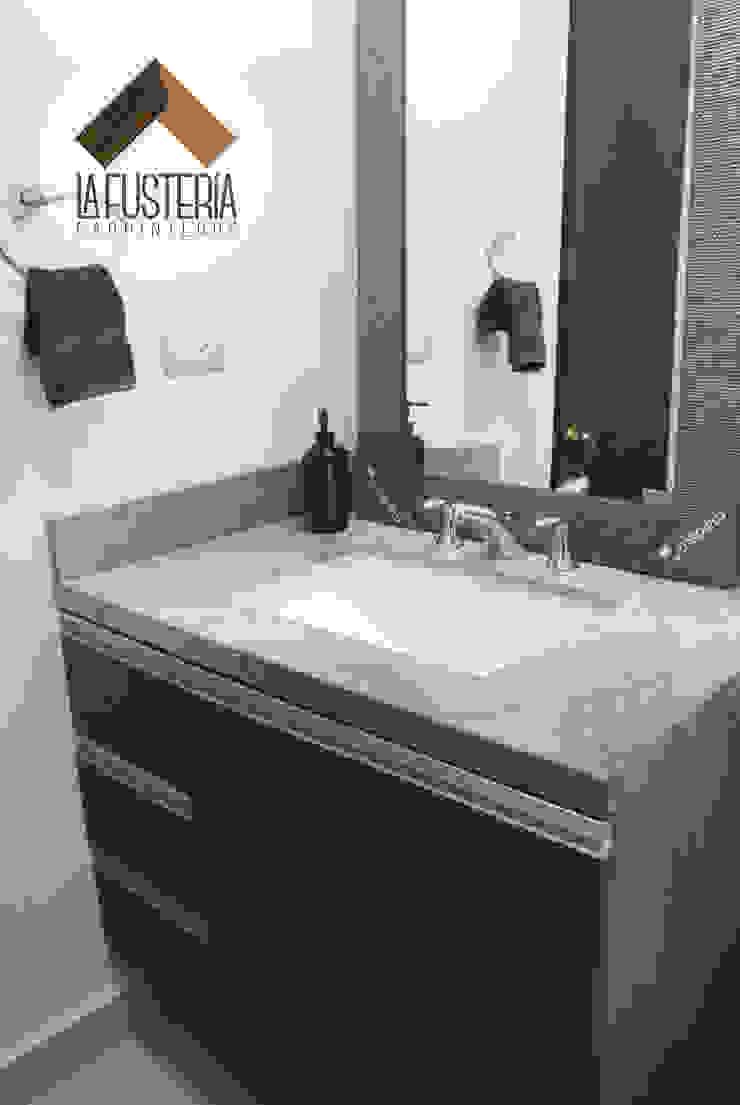 Muebles de baño fabricados en laminado texturizado. de La Fustería - Carpinteros Moderno