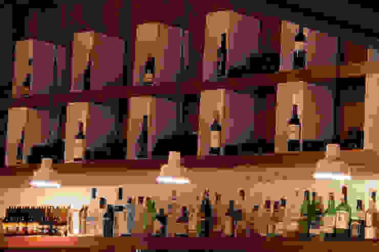 Botellero expositivo Gastronomía de estilo mediterráneo de ALBERT SALVIA dissenyador d'interiors Mediterráneo