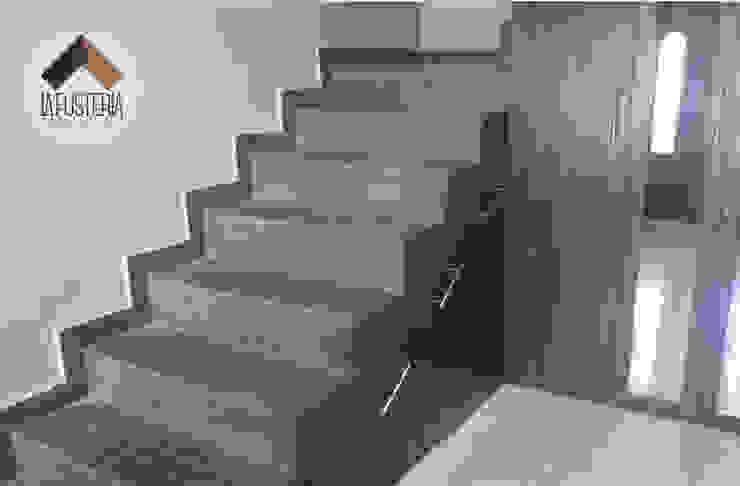 Stair Closet Pasillos, vestíbulos y escaleras modernos de La Fustería - Carpinteros Moderno