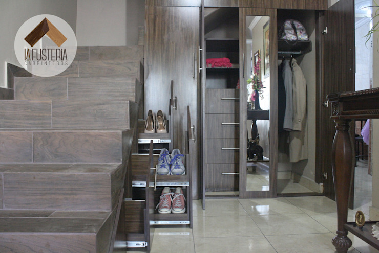 Moderne gangen, hallen & trappenhuizen van La Fustería - Carpinteros Modern