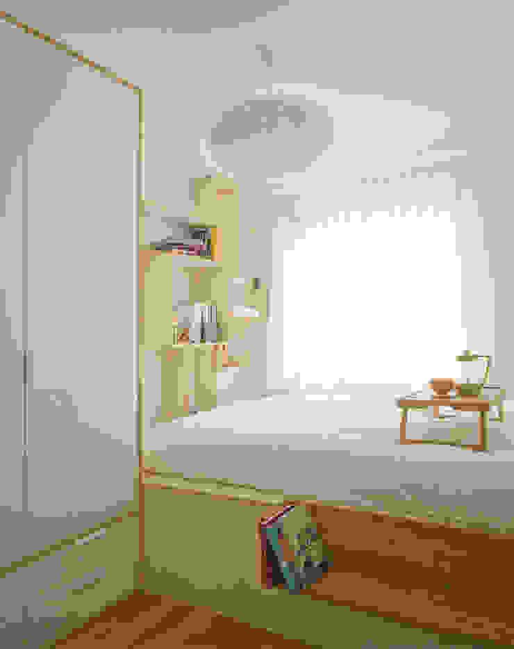 Sypialnia_projekt_BiałyDom Minimalistyczna sypialnia od MIEJSCA Minimalistyczny
