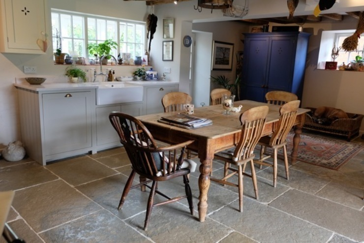 Umbrian Limestone in country kitchen Country style kitchen by Floors of Stone Ltd Country