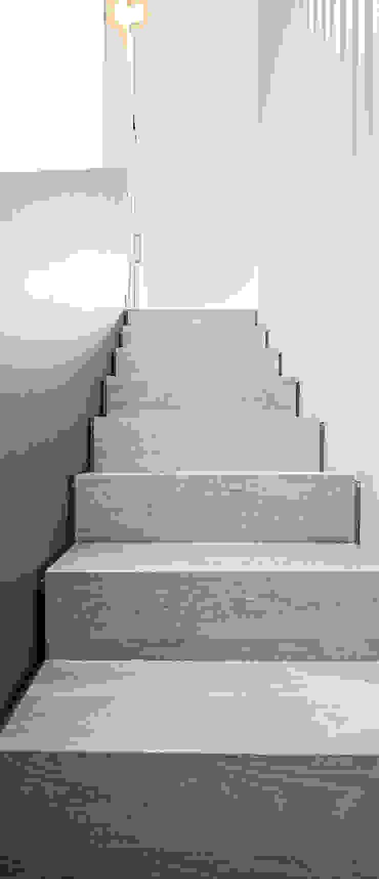Modern corridor, hallway & stairs by Tarimas de Autor Modern