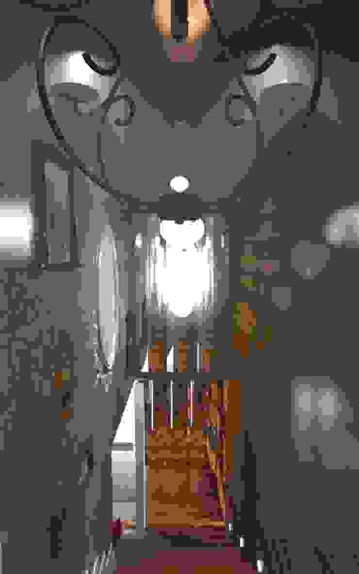 Pasillos, vestíbulos y escaleras de estilo ecléctico de Yana Ryabchenko Ecléctico