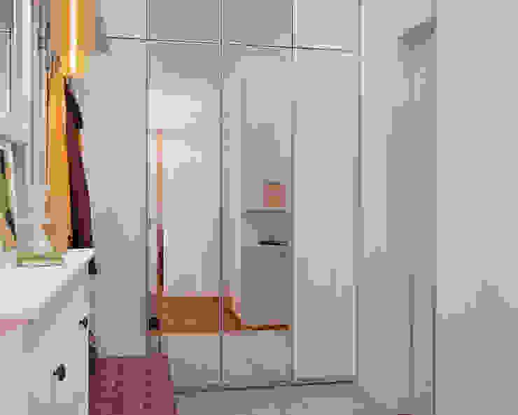 Малогабаритная однушка для молодой семьи Коридор, прихожая и лестница в скандинавском стиле от Мария Трифанова Скандинавский
