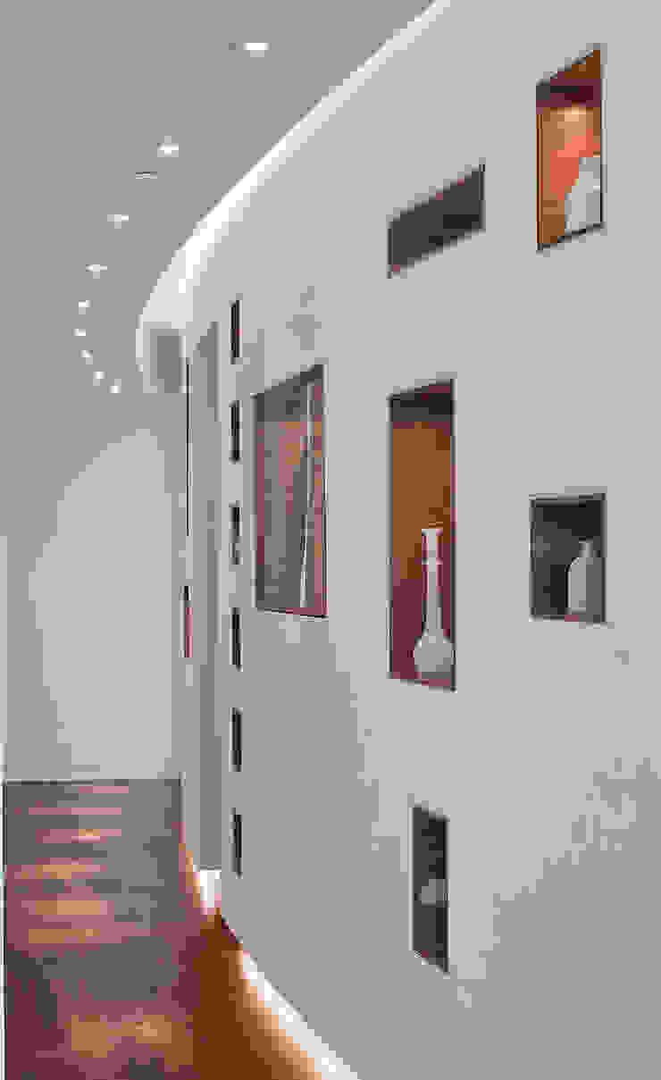 Entry wall Modern corridor, hallway & stairs by Eisner Design Modern