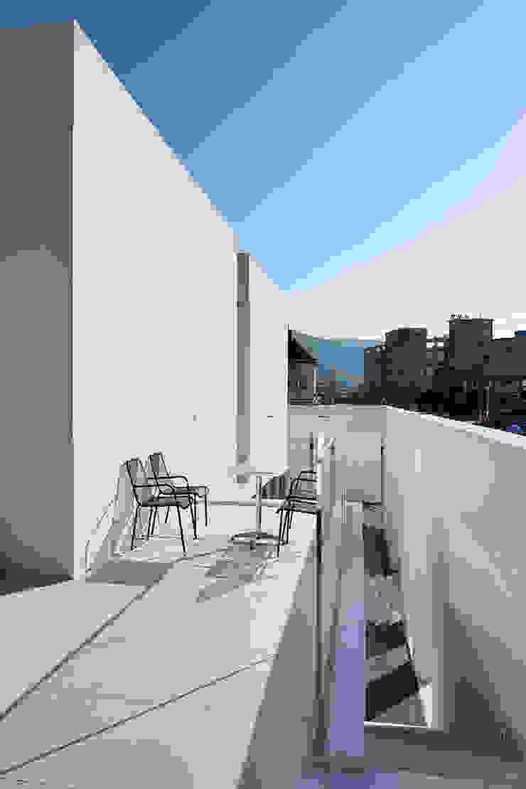 hyunjoonyoo architects Modern balcony, veranda & terrace