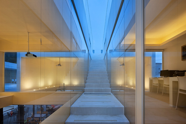 Corridor and hallway by hyunjoonyoo architects,