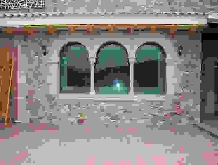 Ventana triple. Puertas y ventanas de estilo mediterráneo de James Rossell Mediterráneo