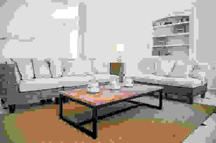 living room - AFTER por Staging Factory