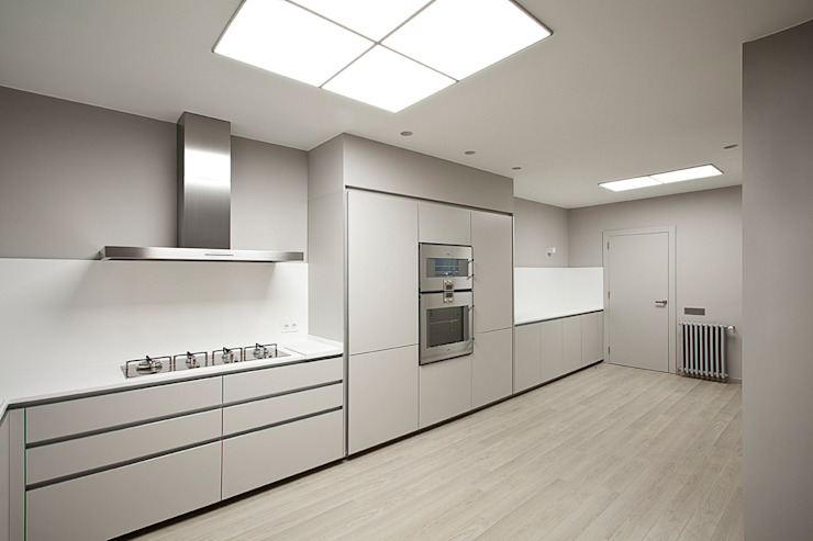 Rehabilitación de ático en Turó Park, Barcelona Cocinas de estilo minimalista de THK Construcciones Minimalista