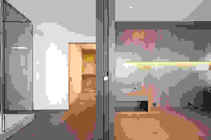 Rehabilitación de ático en Turó Park, Barcelona Dormitorios de estilo minimalista de THK Construcciones Minimalista