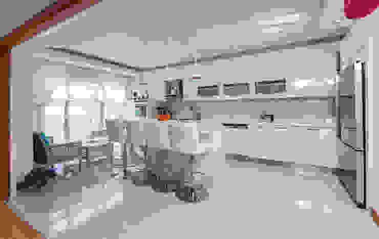 現代廚房設計點子、靈感&圖片 根據 Mimoza Mimarlık 現代風