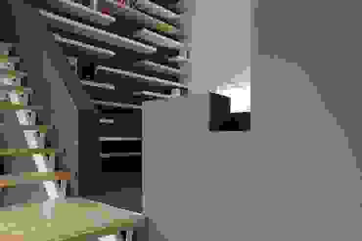 Opkamer met trap:  Studeerkamer/kantoor door Leonardus interieurarchitect,