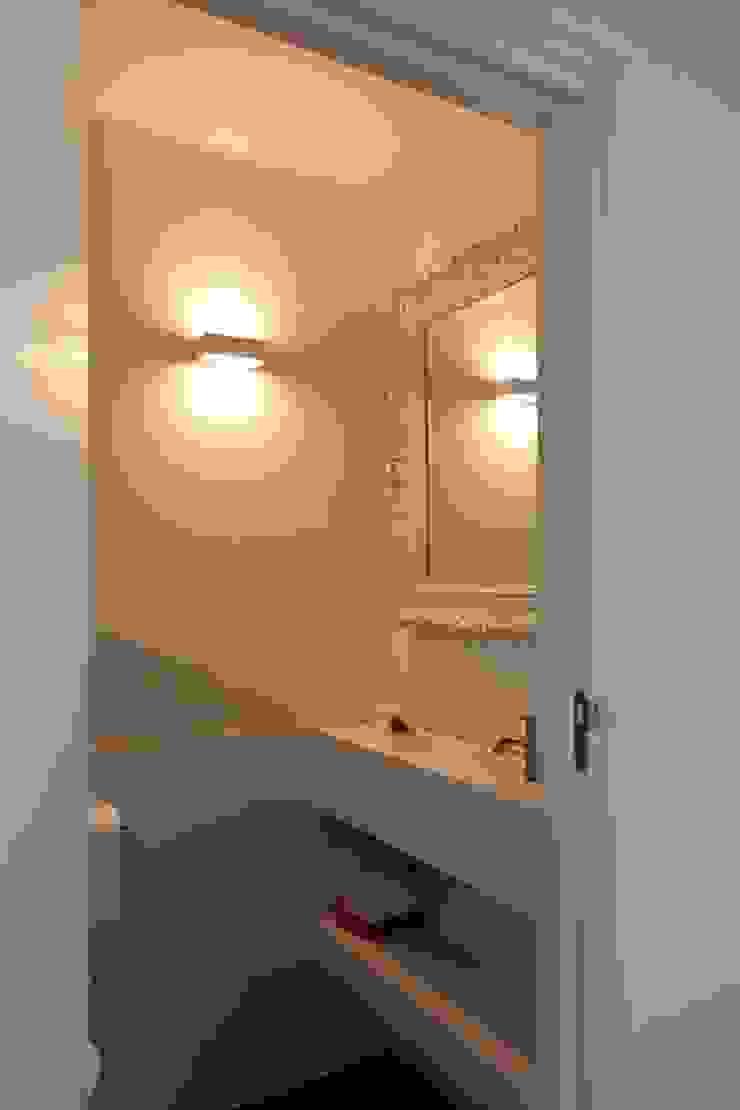 Wastafel met spiegel: modern  door Leonardus interieurarchitect, Modern