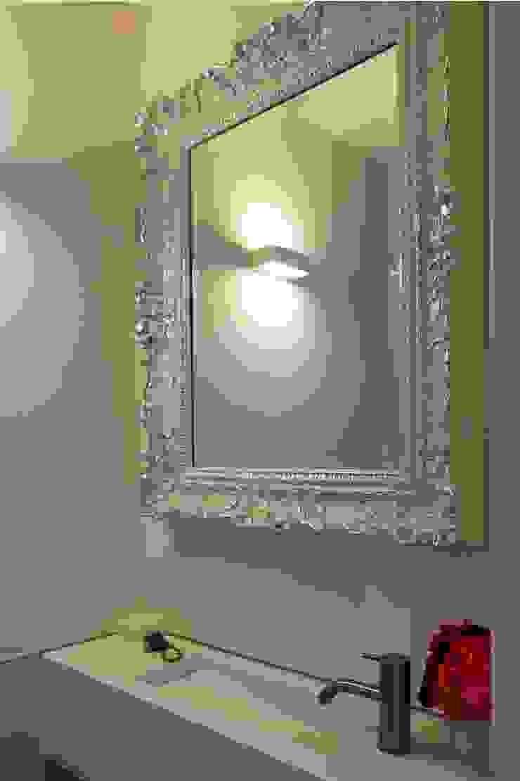 Toiletspiegel: modern  door Leonardus interieurarchitect, Modern