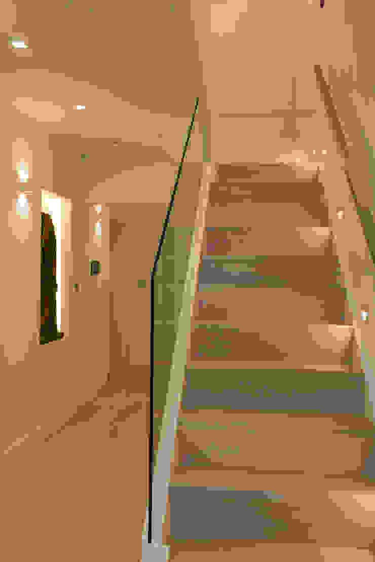 Staircase Minimalist corridor, hallway & stairs by DDWH Architects Minimalist