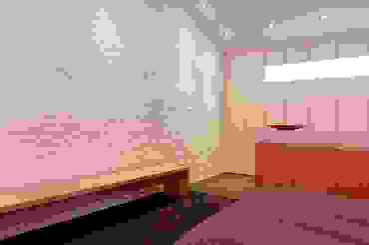 Inloopkast en slaapkamer:  Slaapkamer door Leonardus interieurarchitect,