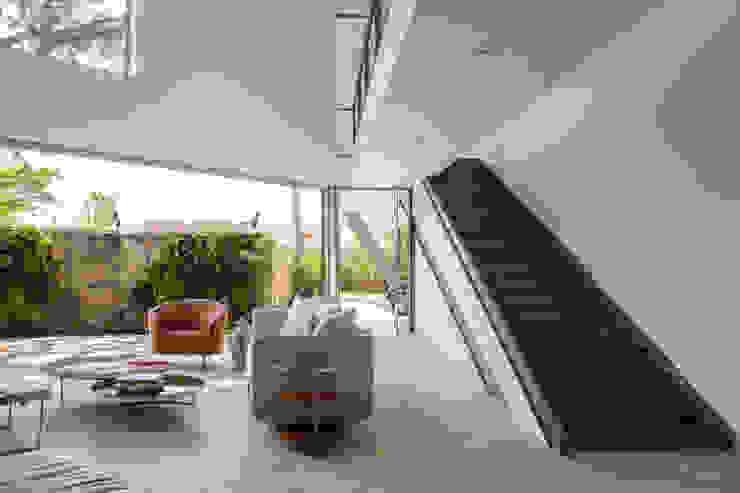 モダンスタイルの 玄関&廊下&階段 の SAA_SHIEH ARQUITETOS ASSOCIADOS モダン