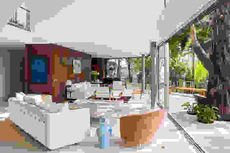 Гостиная в стиле модерн от SAA_SHIEH ARQUITETOS ASSOCIADOS Модерн