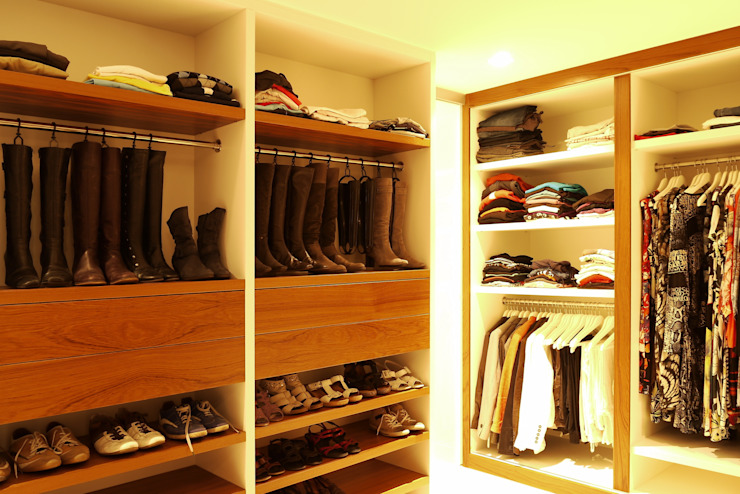 Walk in closet de estilo  por Leonardus interieurarchitect, Moderno