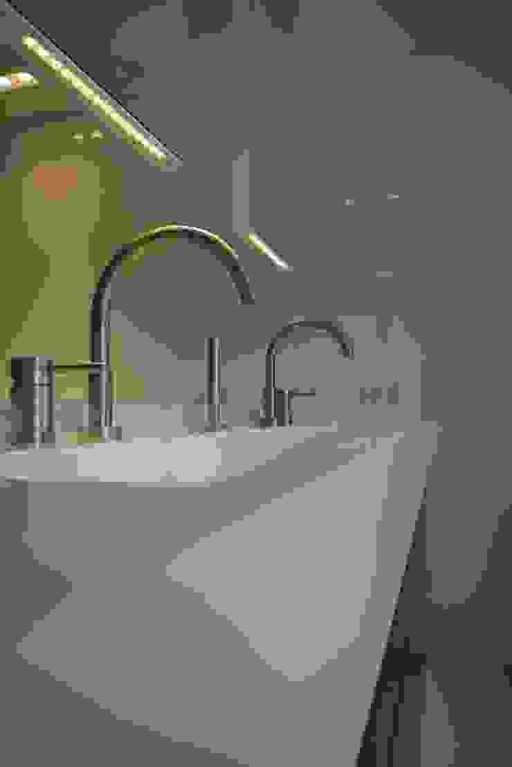 Baños de estilo moderno de Leonardus interieurarchitect Moderno