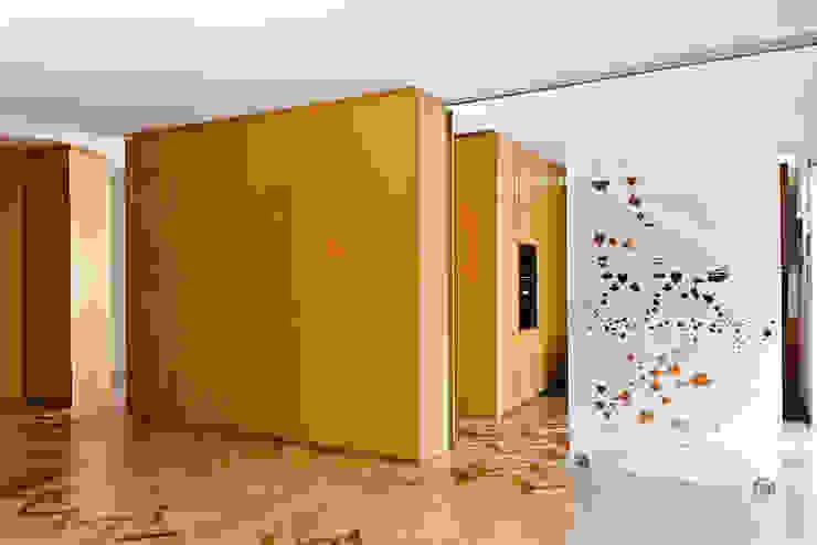 Bodà Paredes y pisos de estilo moderno