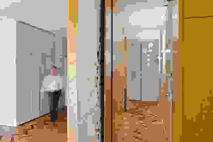 verso la zona notte Ingresso, Corridoio & Scale in stile moderno di Bodà Moderno