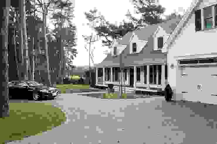 MARK ASTON by TWH Front & Garage 01 Landhäuser von THE WHITE HOUSE american dream homes gmbh Landhaus