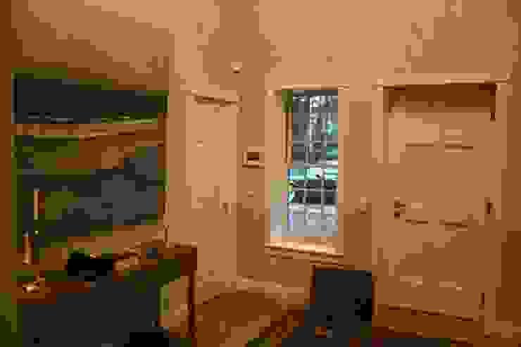 MARK ASTON b y TWH Diele, Haustür THE WHITE HOUSE american dream homes gmbh Klassischer Flur, Diele & Treppenhaus