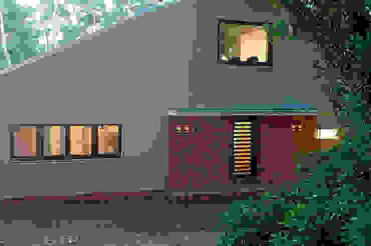 Die ziemlich dunkle Grundfarbe passt gut zum Ort mit dichtem Grün und altem Baumbestand Landhäuser von Eingartner Khorrami Architekten BDA Landhaus