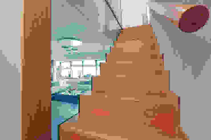Modern Corridor, Hallway and Staircase by Emanuela Gallerani Architetto Modern