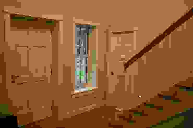MARK ASTON b y TWH Diele, Treppe THE WHITE HOUSE american dream homes gmbh Klassischer Flur, Diele & Treppenhaus