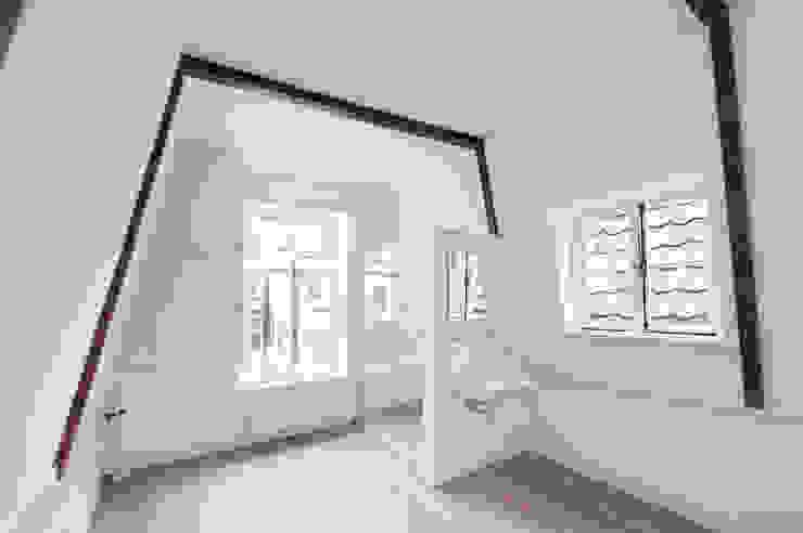 de zolder verdieping Klassieke slaapkamers van Architectenbureau Vroom Klassiek