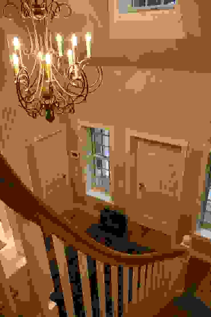 MARK ASTON by TWH Blick von der Galerie THE WHITE HOUSE american dream homes gmbh Klassischer Flur, Diele & Treppenhaus