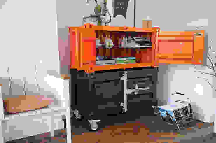 Pandora Small oranje en antraciet:  Woonkamer door Studio Sander Mulder