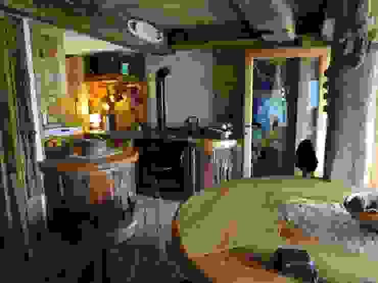 Calda cucina per baita di montagna Soggiorno in stile rustico di Mobili Pellerej di Pellerej Massimo Rustico
