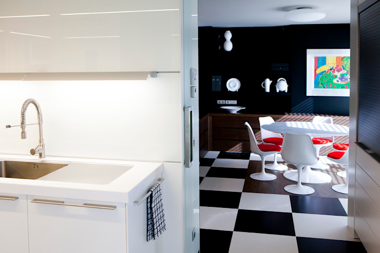 Modern kitchen by adela cabré Modern