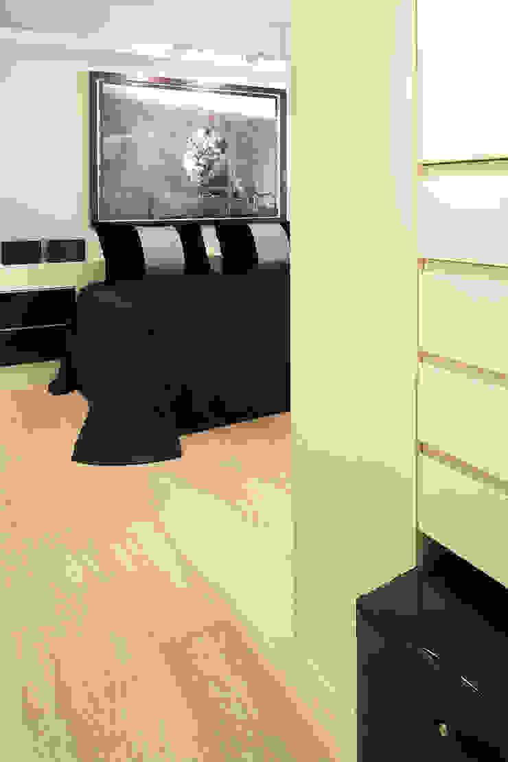 Moderne Schlafzimmer von adela cabré Modern