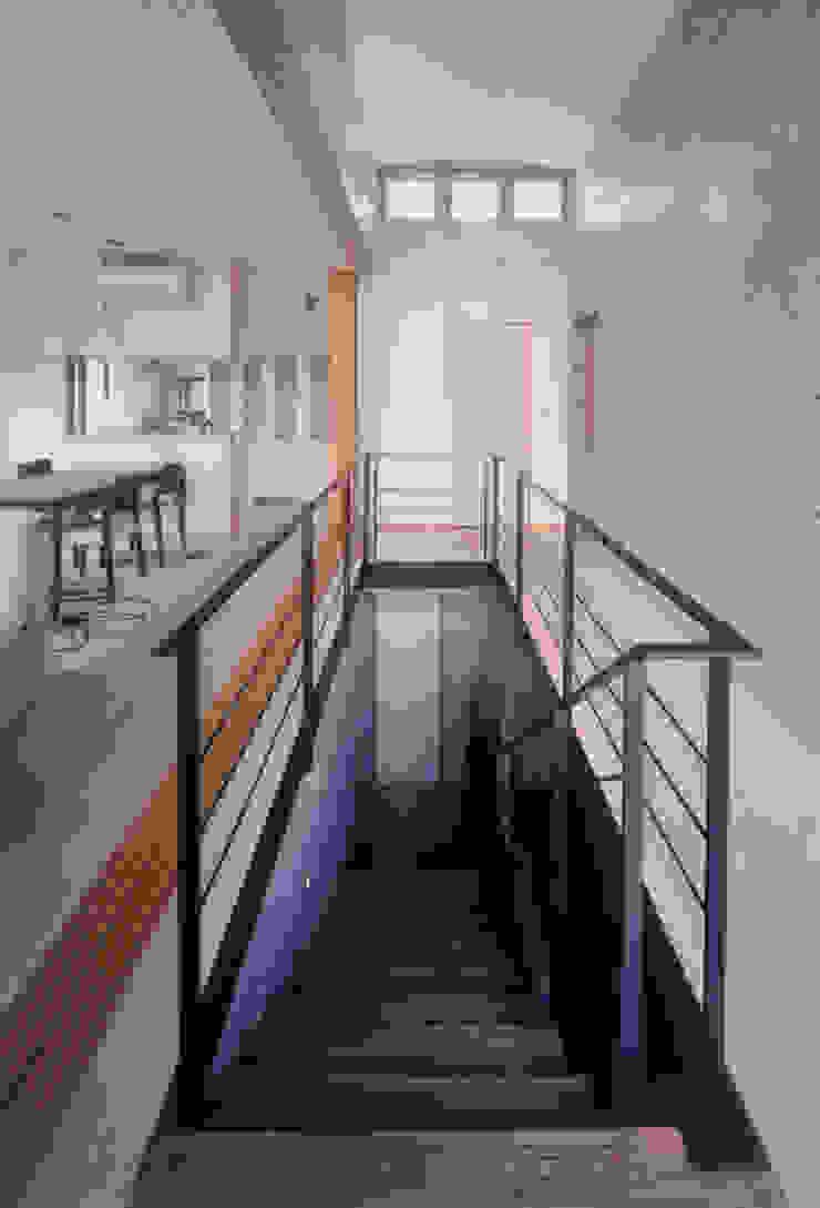 Modern corridor, hallway & stairs by スタジオ4設計 Modern