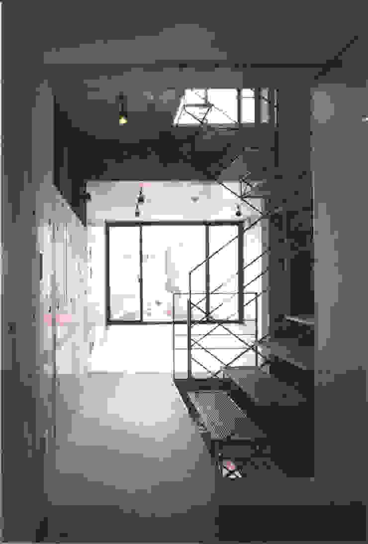 Modern Corridor, Hallway and Staircase by スタジオ4設計 Modern
