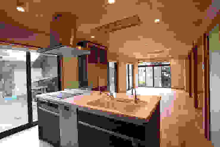 集まって住む木を感じる家 モダンな キッチン の スタジオ4設計 モダン