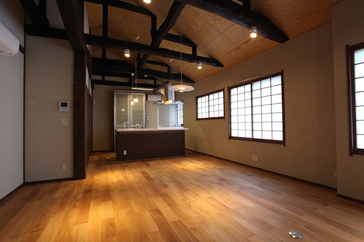 集まって住む木を感じる家 モダンデザインの リビング の スタジオ4設計 モダン