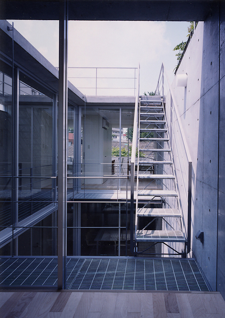 ウナギの寝床状敷地の家 モダンデザインの テラス の スタジオ4設計 モダン