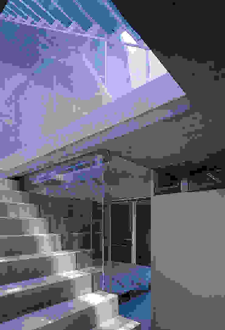 旗竿敷地の鉄筋コンクリートの家 モダンスタイルの寝室 の スタジオ4設計 モダン