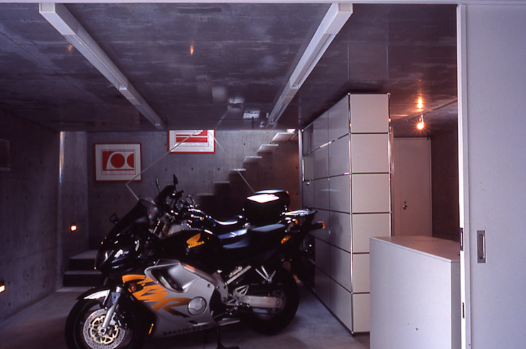 旗竿敷地の鉄筋コンクリートの家 モダンデザインの ガレージ・物置 の スタジオ4設計 モダン