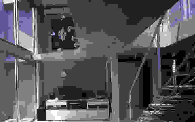 旗竿敷地の鉄筋コンクリートの家 モダンデザインの リビング の スタジオ4設計 モダン