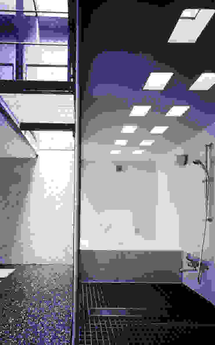 水盤のある家 モダンスタイルの お風呂 の スタジオ4設計 モダン